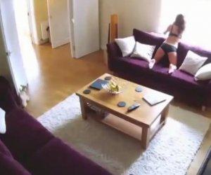 VIDEO: Şi-a filmat MENAJERA cu CAMERA ASCUNSĂ! Nu i-a venit să creadă ce făcea FATA când el era plecat