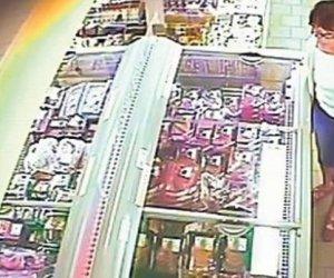 MARE GRIJĂ! O femeie înfige ace în carnea din supermarketuri