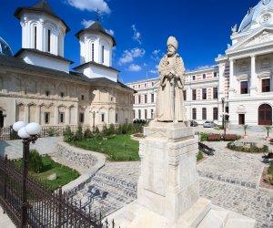 Treci, in fiecare zi, pe lângă ea! Tu știi care e cea mai veche statuie din București?