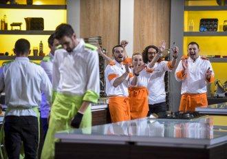 """""""Într-o zi mi-ai dăruit o portocală"""" Chef Florin Dumitrescu nu se mai poate opri din cântat și face show incendiar! N-ai fi zis că are o asemenea voce!"""