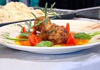 Chiftele în sos de roșii cu legume și tăiței de casă, pentru o masă savuroasă