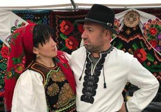 Chef Cătălin Scărlătescu a sărbătorit gustul tradiției la Alba Iulia! A gătit la ceaun, a purtat haine populare și a apărut în haină de cioban!