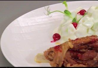 Pulpă de curcan confiată cu salată de gulii