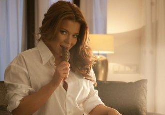 """""""Ești cea mai sexy femeie din lume!"""", i-au strigat fanii! Gina Pistol """"taie și spânzură"""" la Chefi la cuțite, dar în viața reală e o romantică incurabilă"""