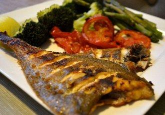 Cea mai simplă rețetă de pește la cuptor. Aprinzi aragazul și poți pleca liniștită la cumpărături. Apoi, vei avea o masă pe cinste!