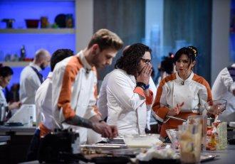 Se ascut cuțitele. Chef Florin Dumitrescu își dă afară din bucătărie doi concurenți, în timpul probei