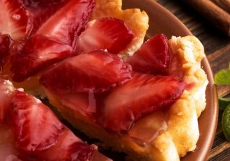"""I se mai spune și """"SALVAREA NEPRICEPUTELOR""""! Tartă cu căpșune, un desert delicios, ieftin și ușoooor de făcut!"""