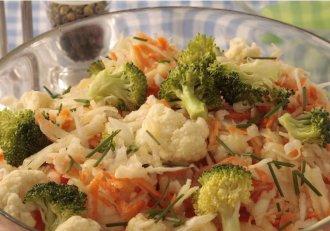 """Salată de crudități, """"regina sezonului""""! E ieftină, extraordinară pentru sănătate și ușor de făcut!"""