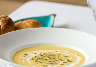 Supă cremă de pui cu porumb, o rețetă pe care nu ai voie s-o ratezi! E gata în doar câteva minute!