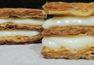 Ești în pană de timp și de bani? Desert super ieftin şi delicios: Mille feuille cu mere coapte şi cremă de vanilie