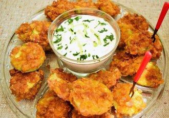 Dovlecei în crustă din fulgi de porumb serviți cu sos tzatziki. Un preparat de vară pe care îl poți servi de cu zori și până-n seară