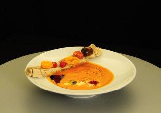 Supă cremă de roșii cu pâine de casă cu nuci și busuioc