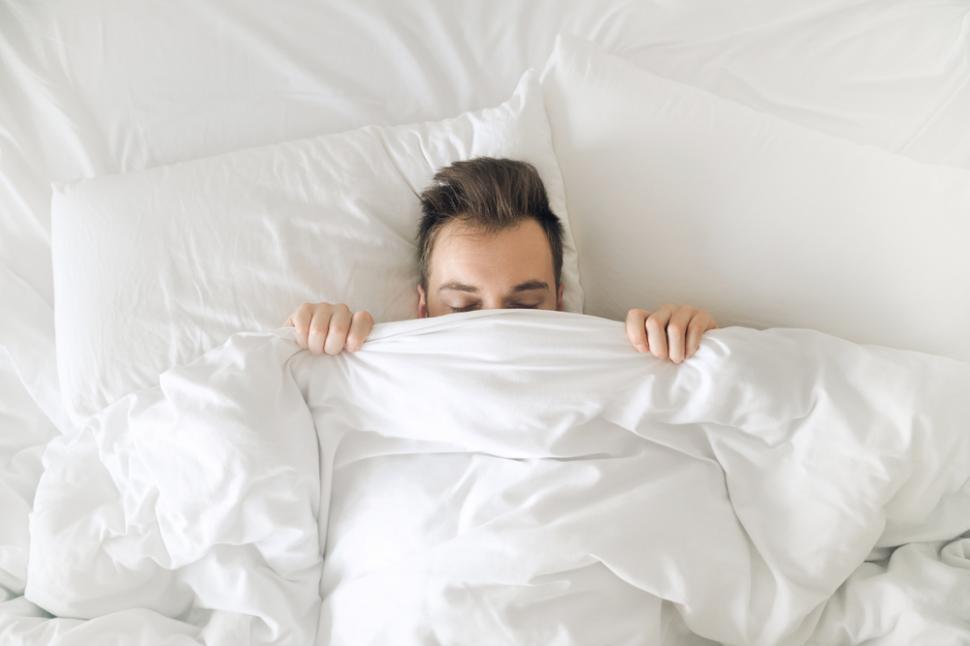 Un bărbat dormea în pat atunci când a simțit că ceva se mișcă. Când a ridicat pătura a încremenit de spaimă. Ce era lângă el