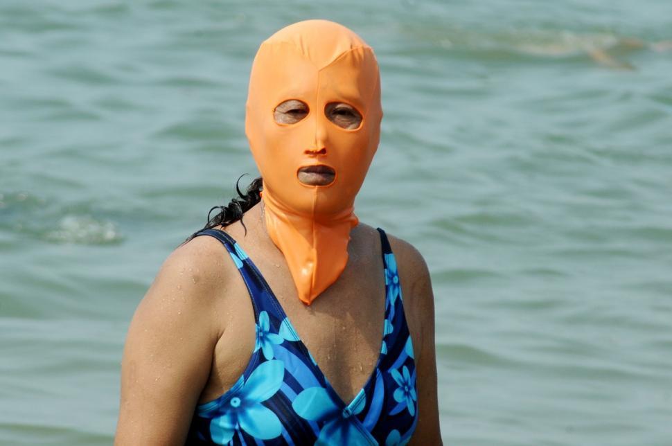 Milioane de oameni poartă această mască la plajă. Ce face și de ce e atât de populară